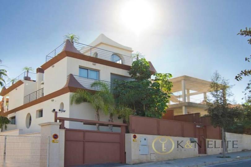 Alicante,Alicante,España,4 Bedrooms Bedrooms,3 BathroomsBathrooms,Chalets,17769