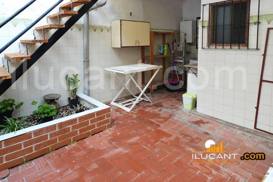 Alicante,Alicante,España,4 Bedrooms Bedrooms,1 BañoBathrooms,Planta baja,21798
