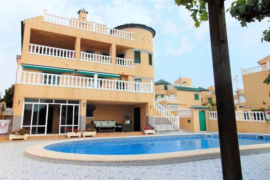 Torrevieja,Alicante,España,4 Bedrooms Bedrooms,3 BathroomsBathrooms,Chalets,39917