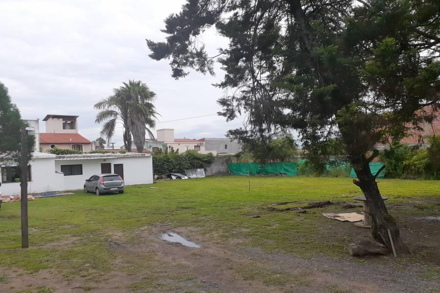 Sobre uno de los terrenos se encuentra una pequeña construcción sobre medianera del fondo, vivienda mínima.