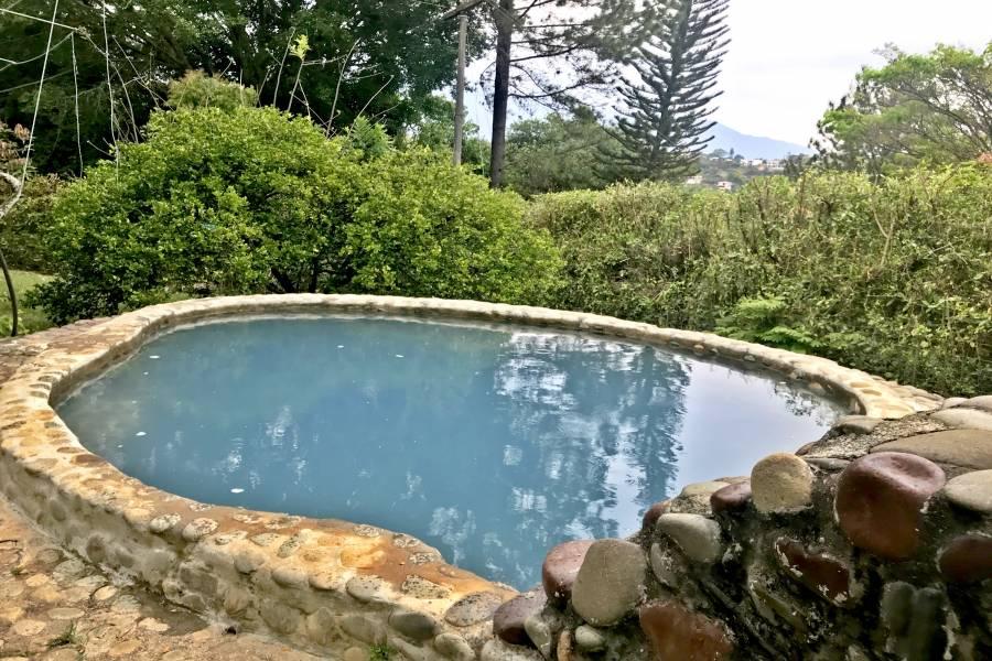 Pequeña piscina dentro de la casa.  La parcelaciòn cuenta con piscina
