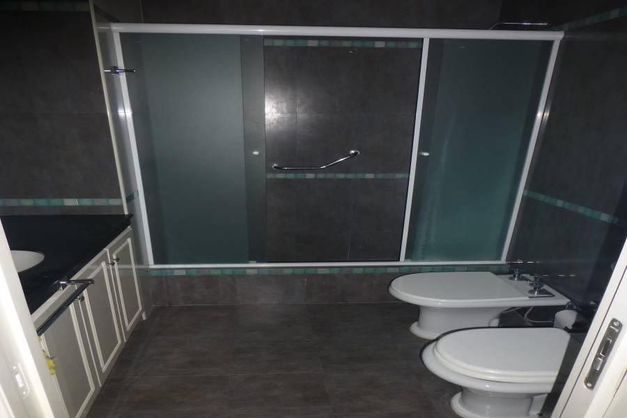 ALQUILER Av Illia 2145 cuenta con 3 habitaciones (Suite con hidromasaje), 3 baños, living amplio, cocina - comedor, lavadero, cochera doble, calefacción central, alarma última generación y patio con verde. EXCELENTE estado